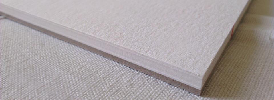 Die matte Oberfläche des Britannia Papiers und die Verleimung an allen Kanten.