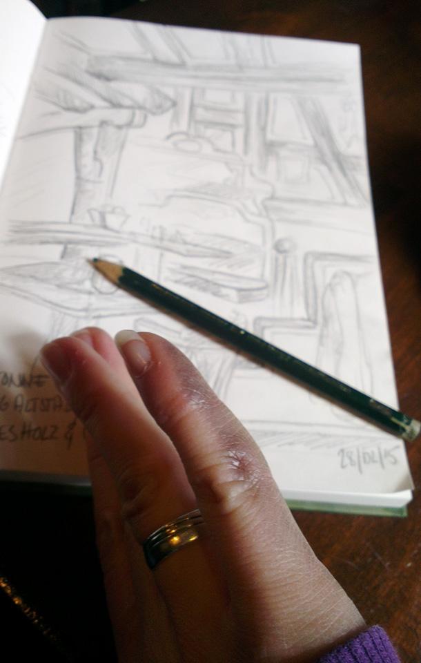 Abrieb auf Papier und Hand - Bleistift im Bamboo Skizzenbuch.