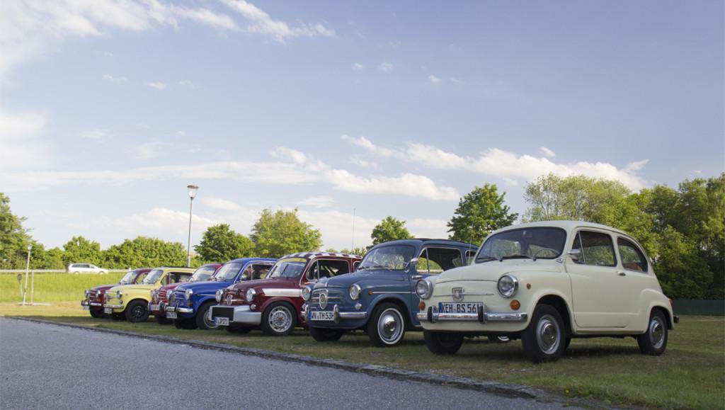 Aufstellung am Waldstadion des TSV Langquaid – Die Fiat 600 Freunde