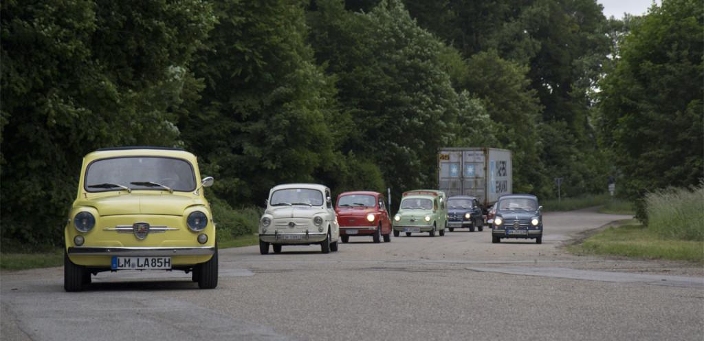Die Nachhut in taubenblau wartet schon darauf, dass alle Fahrzeuge wieder auf der Straße sind.