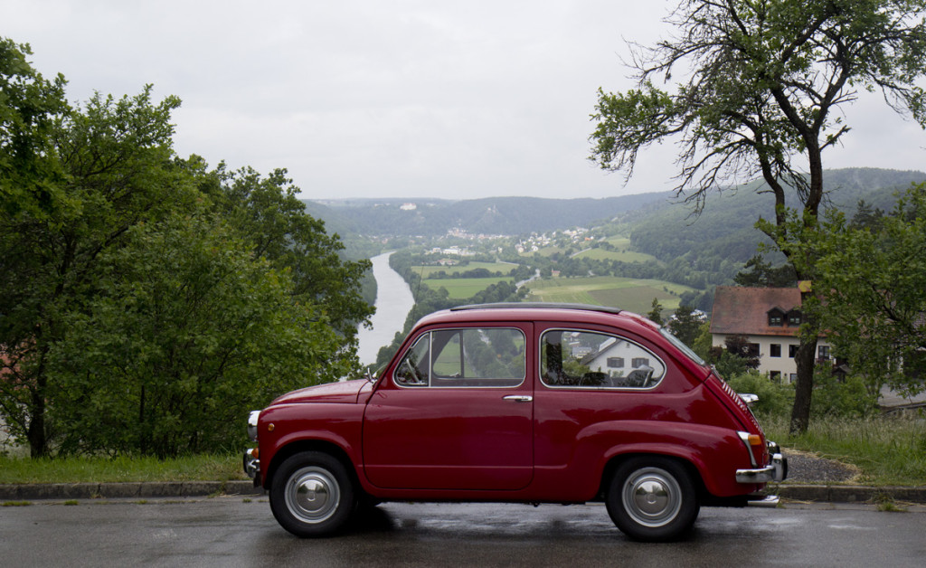 Fiat with a view – Blick über das Altmühltal von Burg Prunn aus.