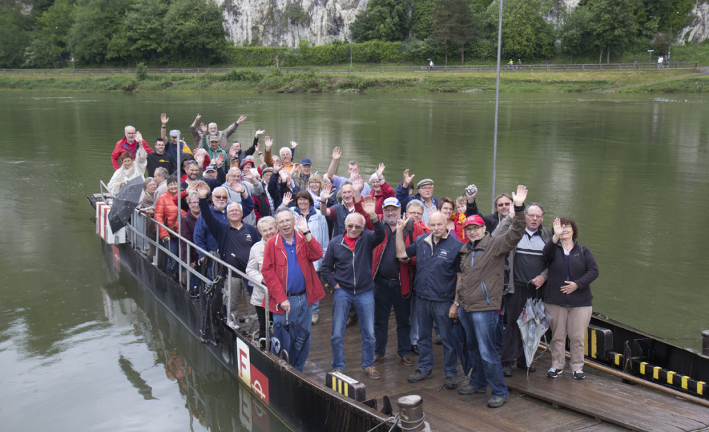 Feuchtfröhliches Gruppenfoto auf der Donau-Fähre.