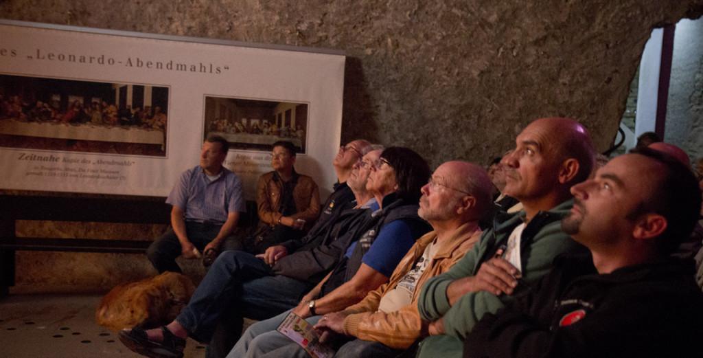 Während der Rest der Truppe gebannt der Rätselslösung von Da Vincis Abendmahl folgt.