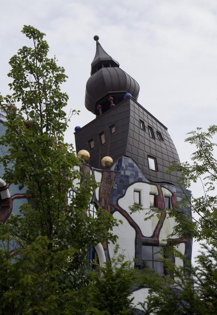 Auch im Stile von Friedensreich Dunkelbunt Hundertwasser – Das Kunsthaus Abensberg.