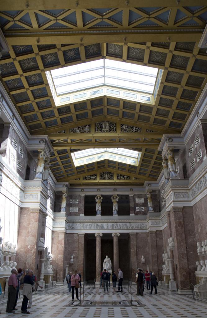 Sehr zum Staunen – Der Innenraum der Walhalla.