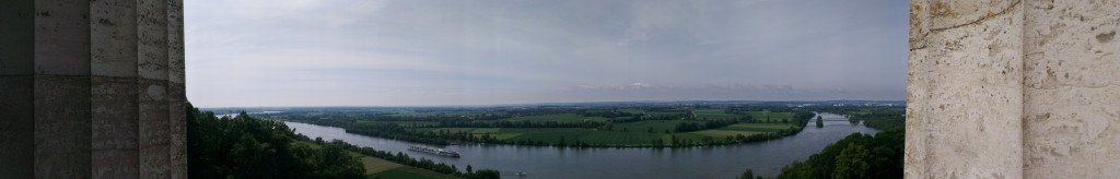 Aussicht zwischen den Säulen der Walhalla über das weite Donautal.