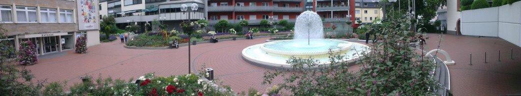 Der Platz hinter dem Rathaus in Limburg an der Lahn wird von einer Pusteblume geziert.