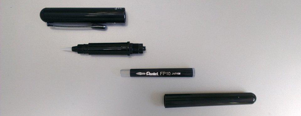 Vier Teile ergeben den Brushpen: Kappe, Spitze, Patrone und das Schaft-Ende.