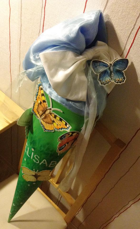 Fertig für den ersten Schultag! Die Schultüte voller Schmetterlinge.