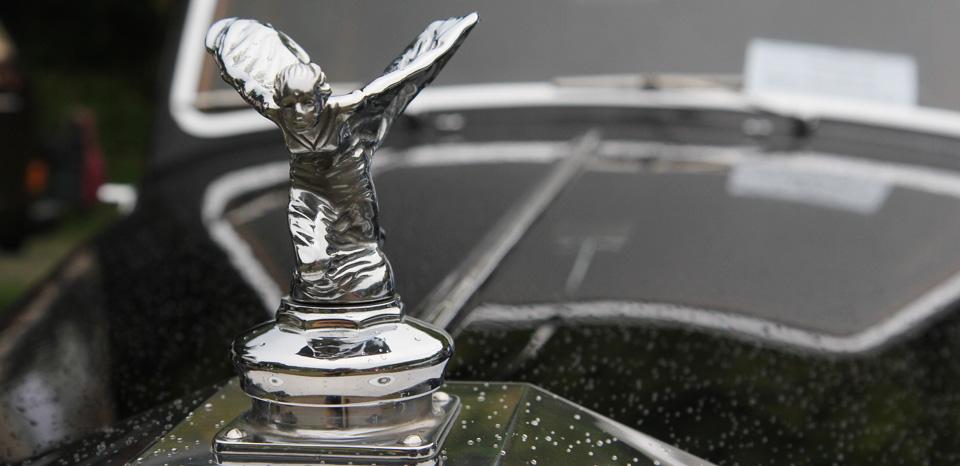Spirit of Ecstasy - die Kühlerfigur auf einem der beiden Rolls Royce.