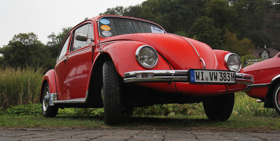Strahlt auch im Regen, der rote VW Käfer.