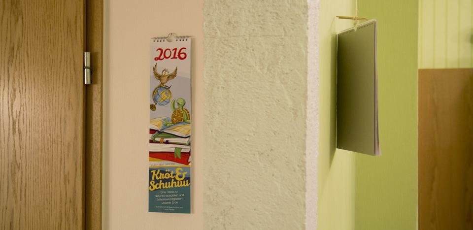 Einmal ums Eck, dort hängt der Kalender mit Kröt und Schuhuu und wartet auf das neue Jahr.