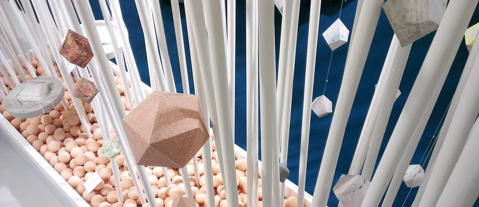 Geometrische Formen im Raumteiler.