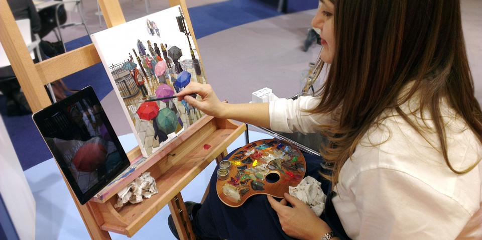 Hier treffen Welten aufeinander: die gute alte Technik der Ölmalerei neben einem Tablet - Stand Schmincke.