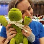 Kuscheln mit Myo, der CNM-MTM Traveling Turtle im Konferenzsaal des Hotels.
