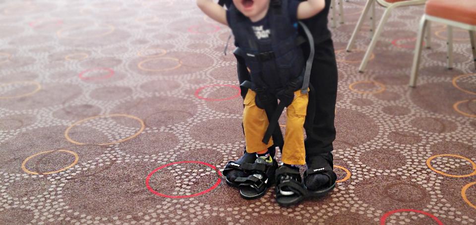 """Laufen mit Papas Füßen: """"Ich will raus. Jetzt mach ich die Ameisen platt!"""""""