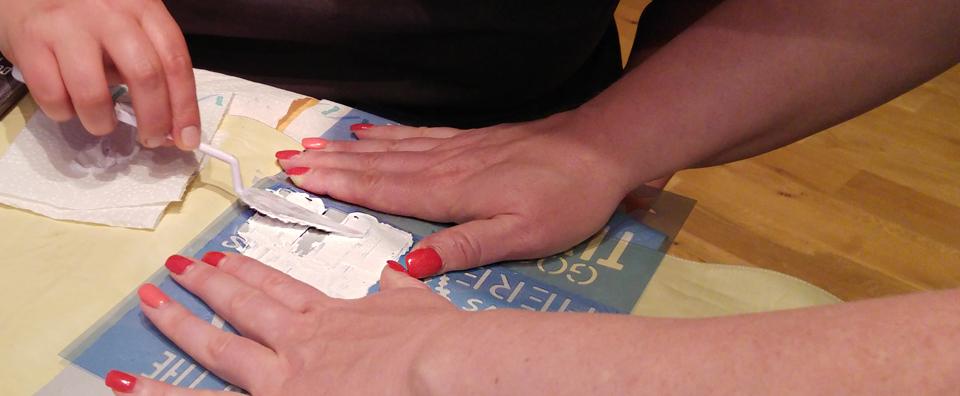 Schablone drauf und vorsichtig die Strukturpaste darüber spachteln.
