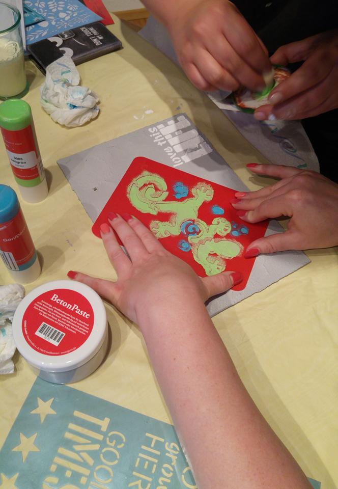 Tupfen: Gonis Farbe und Schablone auf Beton.