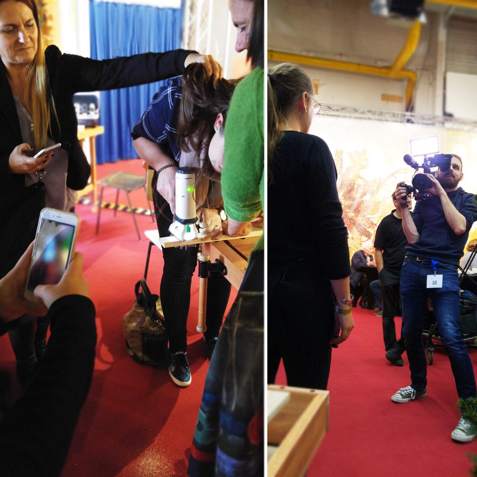 Handwerken mit vollem (Social Media-)Einsatz von allen Teilnehmern, während Marion ein Interview zum Workshop gibt.