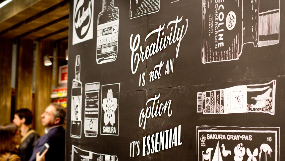 Rückwand der Präsentation von Royal Talens, gestaltet von Krjitbord (Chalkboard) aus den Niederlanden.