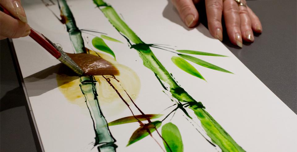 Noch nicht getrocknete Farbe wird mit viel Wasser wieder vom Papier gewaschen.