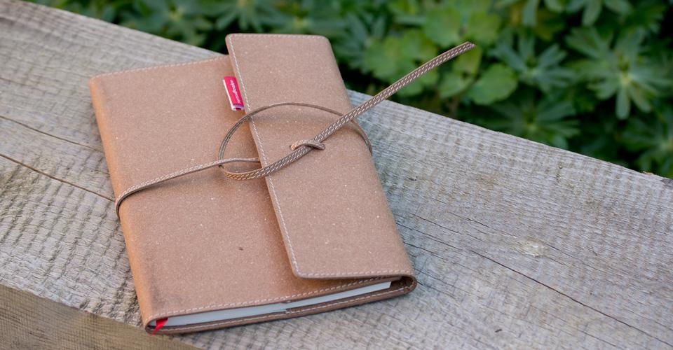 """Das senseBook: Weiches Rindsleder, verschlossen mit einem Band genannt """"Flap""""."""