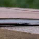 Macht sich dünn - trotz des Umschlags mit der verlängerten Rückseite.