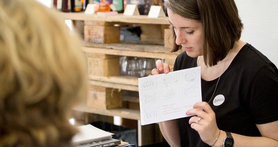 Kleine Scribbles zur Überlegung von Gestaltung und Anordnung der Schriftelemente.