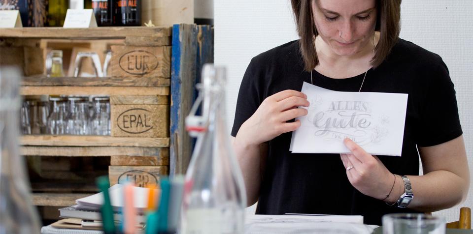 Mehrere Lagen Transparentpapier machen es möglich die einzelnen Elemente immer wieder gegeneinander zu verschieben.