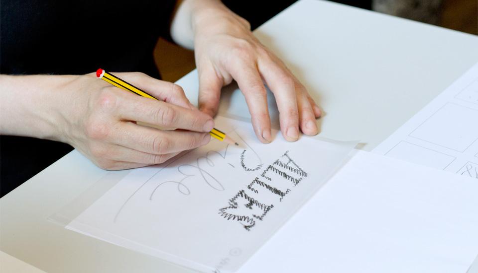 Schraffur von Flächen lässt die Masse der Buchstaben besser erkennen als nur das Zeichnen von Outlines.