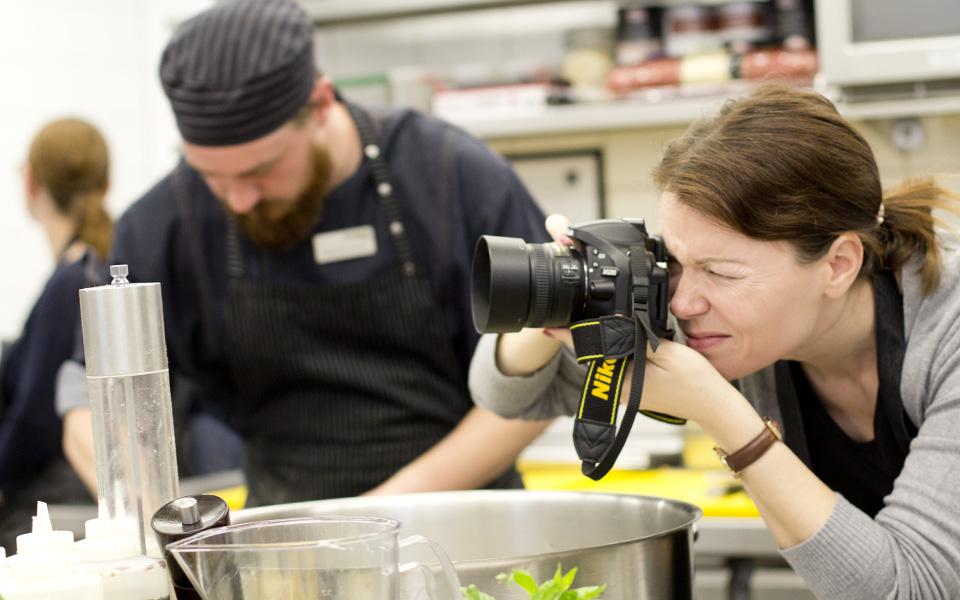 Während die einen kochen, ist Sandra am fotografieren.