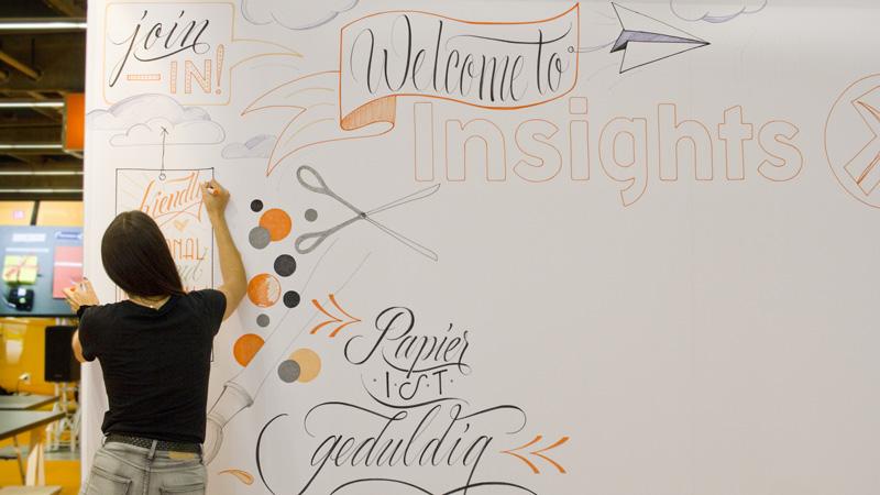 Welcome to insights-x – Hannah Rabenstein gestaltete diese Textilwand während der Messetage aufwändig.