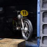 Porsche Renn-Motorrad in VW Bully.