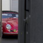 Versteckt sich etwas schüchtern – der Porsche im Wartebereich zwischen den Hallen.
