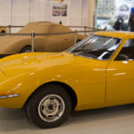 Oepl GT: Serienfahrzeug und Prototyp umrahmen das Modell.