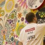 Künstler am Stand: Lunz malt während der Messetage an den Wandbildern.