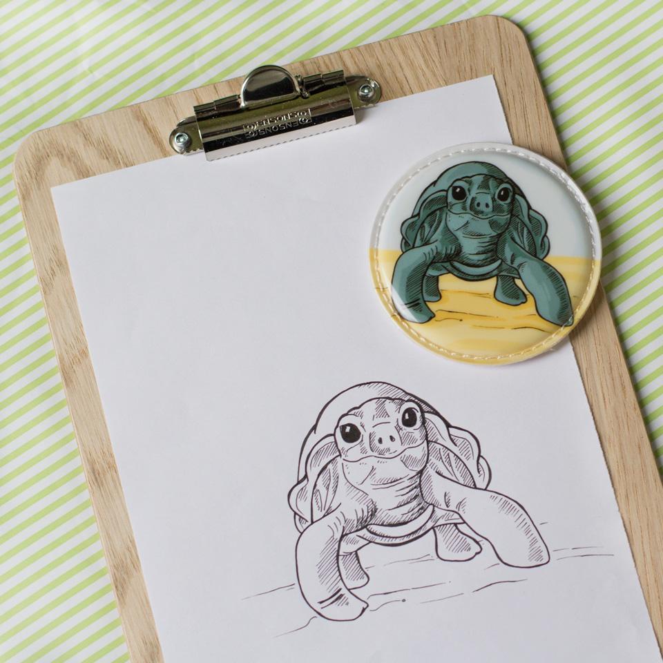 Zeichnung und Endprodukt nebeneinander: die kleine Riesenschildkröte.