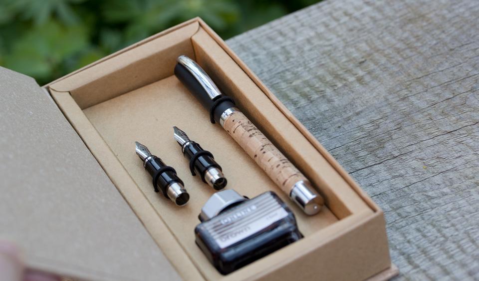 Füller, Griffstücke und das braune Tintenfass im Geschenkkarton.