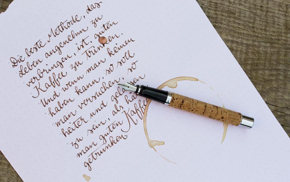 Einfache Kalligrafie basierend auf meiner Handschrift mit Kaffeefleck als passendem Detail.