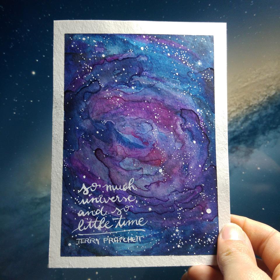 """""""So much universe, so little time."""" Das Zitat von Terry Pratchett auf einer Galaxie aus Aquarell und weißer Tusche."""