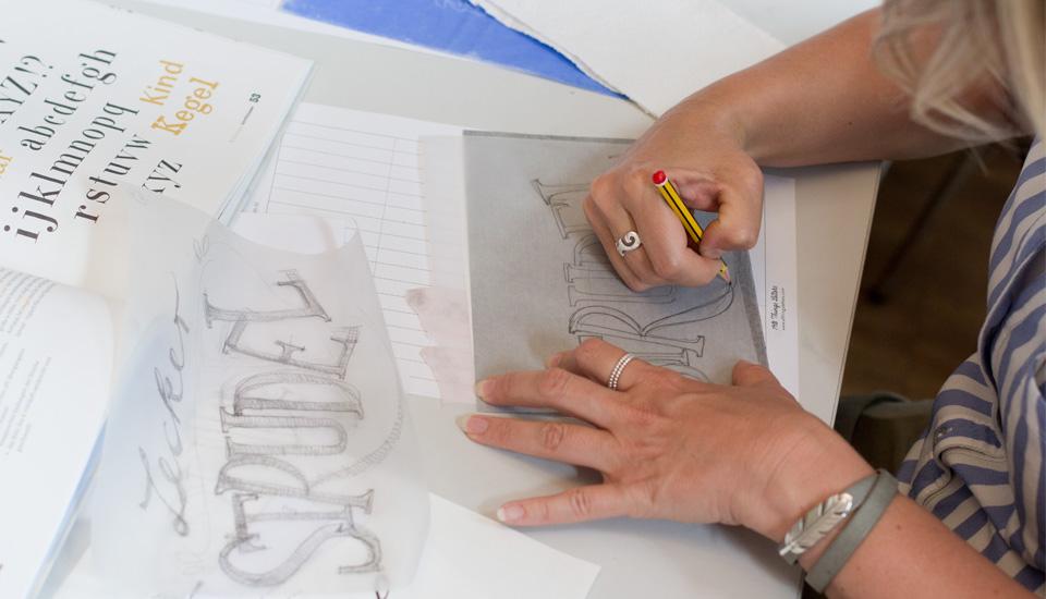 Übertragen des fertigen Entwurfs auf die Karte mittels Transferpapier.