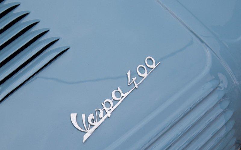Vespa kann auch mal auf einer Motorhaube stehen - nicht nur auf einem Motorroller.