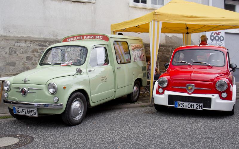 Hingucker auf der Hauptstraße: Siata Formichetta und Fiat 600 Abarth - Ein Original und ein Replica.