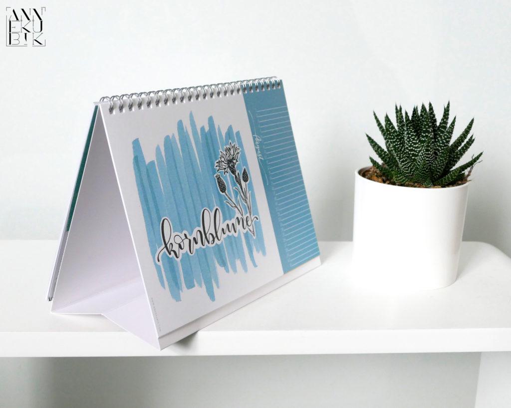 Immer-während ist dieser Kalender mit Pflanzennamen in schönem Handlettering.