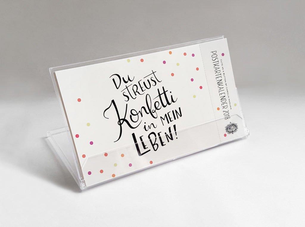 Im schicken Acrylaufsteller kommt der Postkartenkalender mit handgeschriebenen Sprüchen daher.
