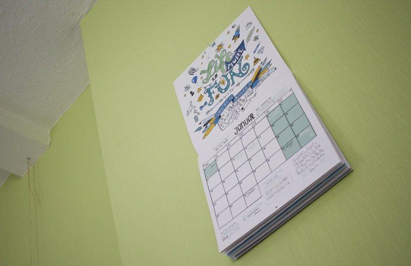 Der Sketchnote Kalender macht sich in voller Größe gut an meiner hohen Wand.