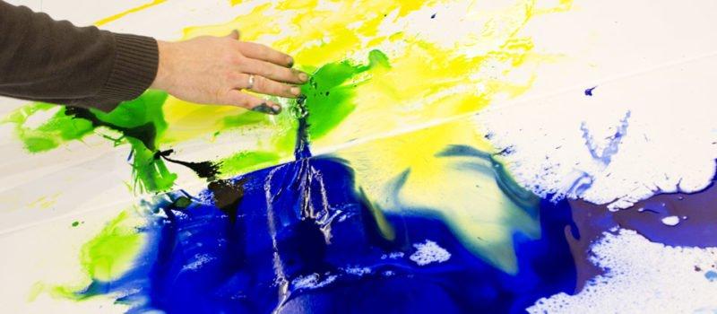 Ein bisschen Wasser, Acryltinte und eine Vorstellung wie es werden soll – Gris wirft die Farbe nur so auf die MHP Leinwand.