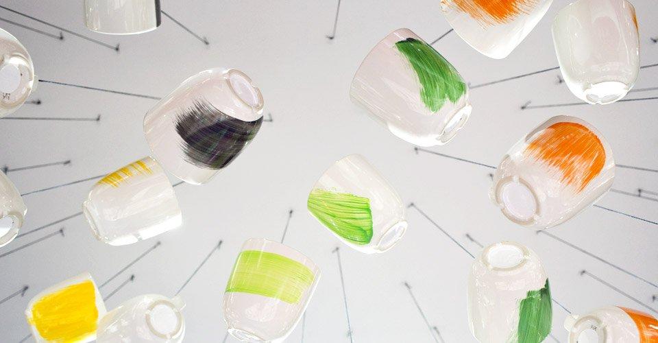 Echte Hingucker sind diese mit Porcelain-Farbe bestriechnen Tassen auch sicher auf dem Tisch und nicht nur von der Decke hängend.