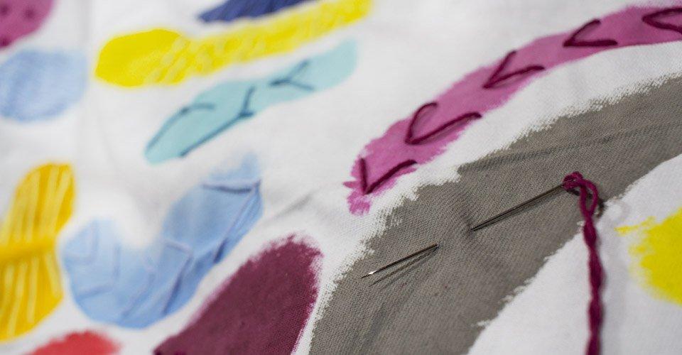 Auch bei Arbeiten mit Textilien wie dem Sticken.