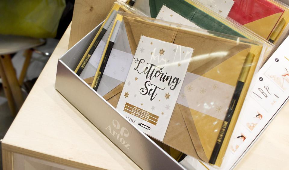 Das Karten-Set von Artoz und Edding zum Gestalten und Lettern von schönen Grüßen.